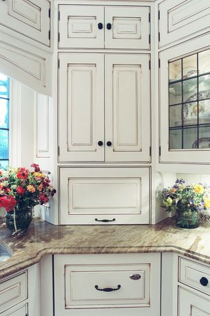 Country Kitchen with Piermont in maple biscotti with cocoa glaze cabinets, Raised panel, Standard height, Casement