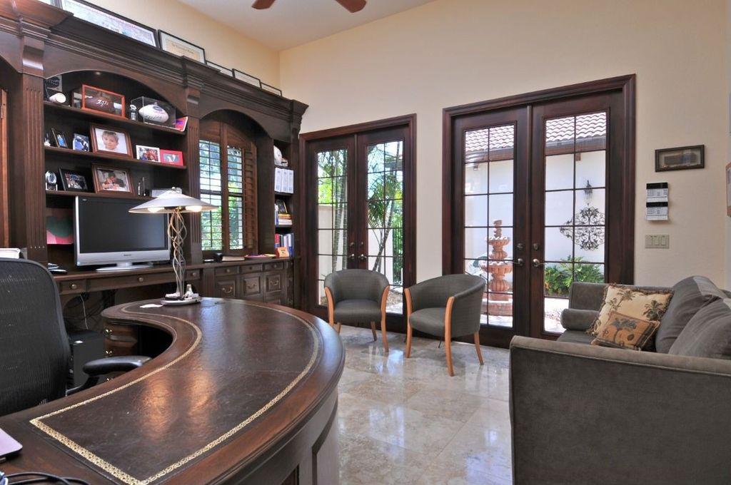 Built-in bookshelves/cabinets, Ceiling fan, Concrete, French, Normal (2.7m), Traditional