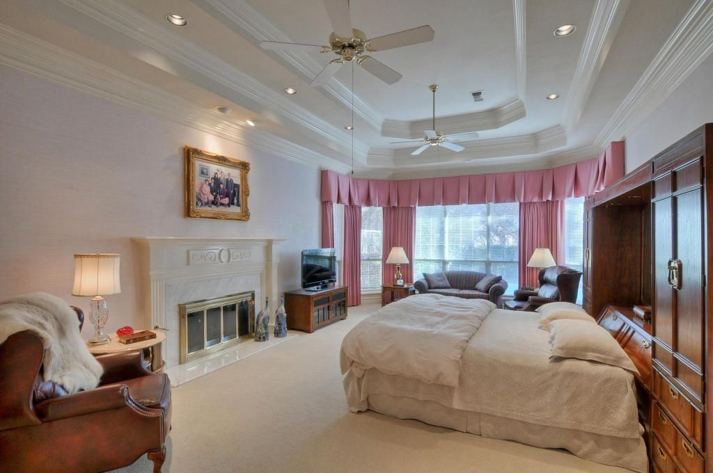 Carpet, Ceiling fan, Crown molding, Normal (2.7m), Stone, Traditional