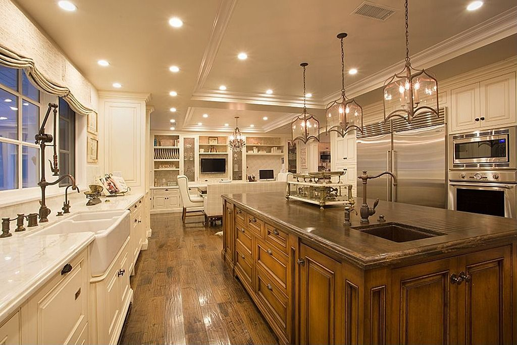 Traditional Kitchen with U-shaped, Chandelier, Pendant light, Farmhouse sink, Apron sink - white - double basin, Raised panel