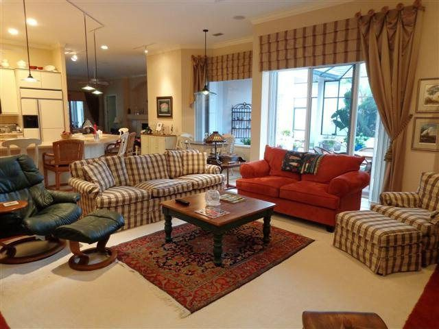 Traditional Living Room with Carpet, Crown molding