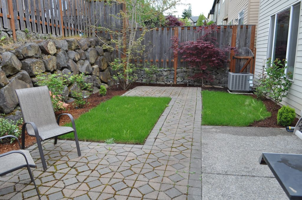 Traditional Landscape/Yard with exterior interlocking pavers, Fence, exterior tile floors, Casement, Pathway