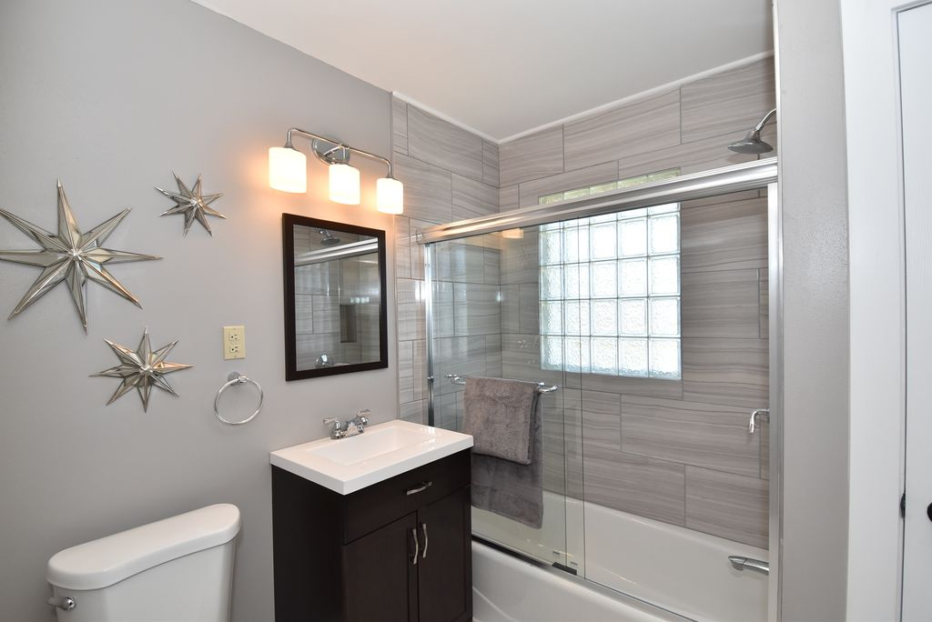 10 best bathroom remodel ideas on a budget zillow digs for Fast bathroom remodel