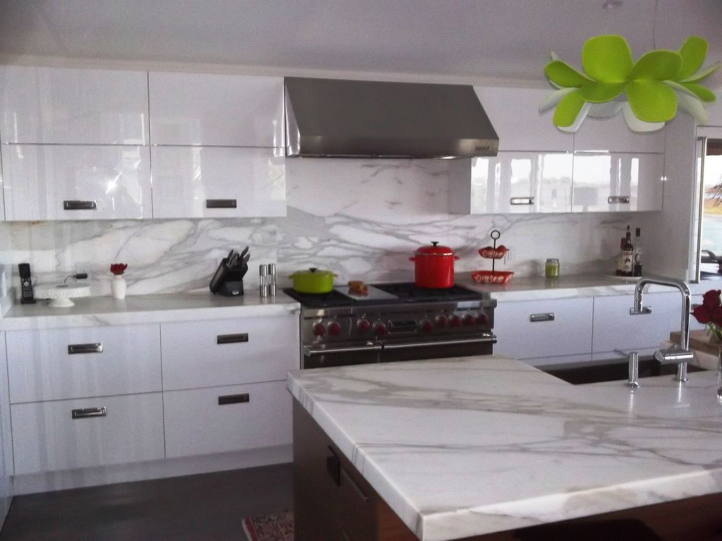 Modern Kitchen with Farmhouse sink, double oven range, Wall Hood, full backsplash, Kitchen island, Complex Marble, Flush