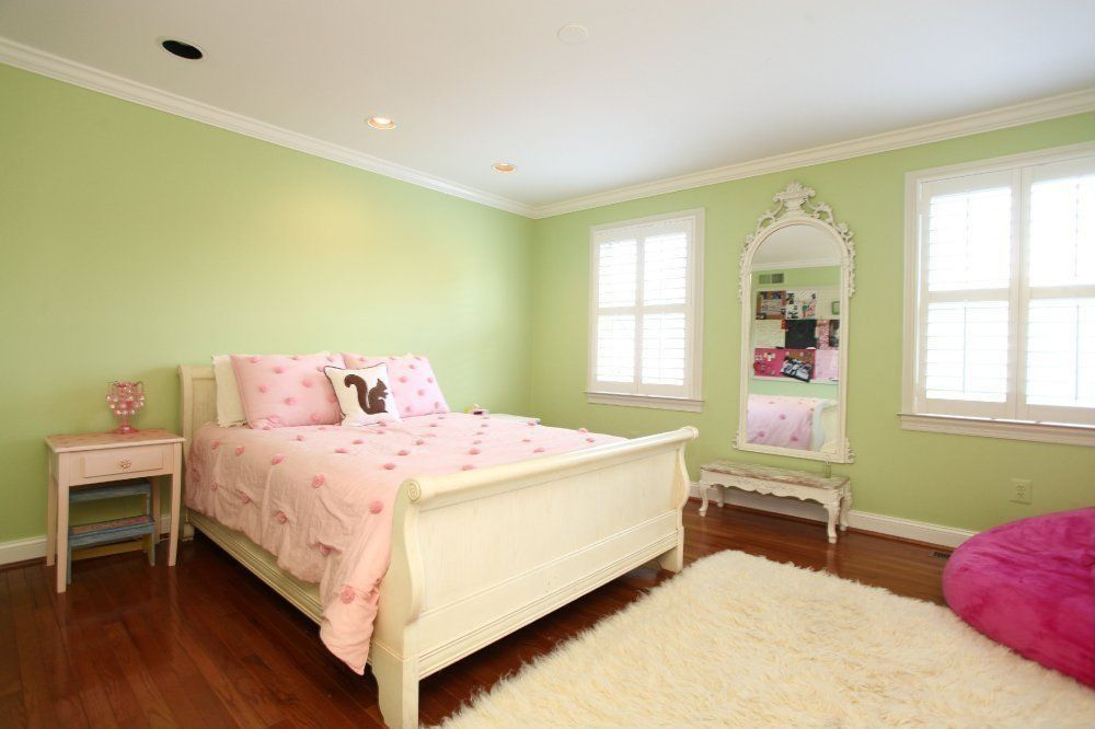Modern Kids Bedroom with Hardwood floors, can lights, Crown molding, Carpet, Standard height, Casement