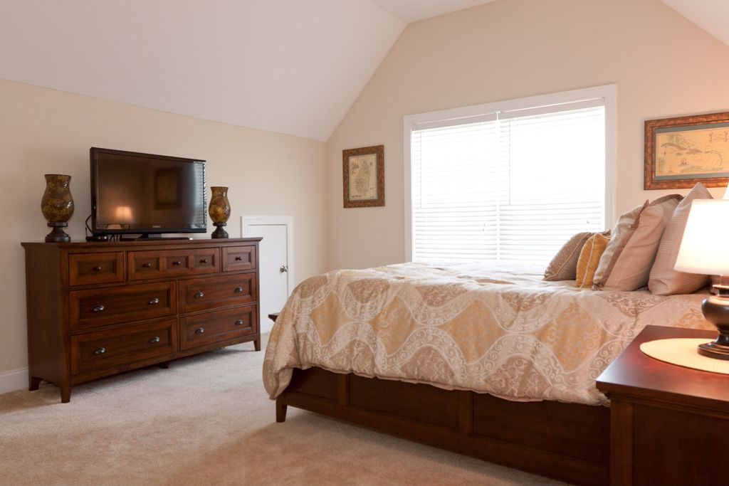 Traditional Master Bedroom with Built-in bookshelf, Carpet