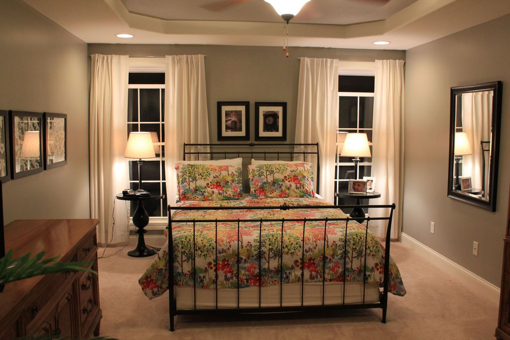 Traditional Master Bedroom with Casement, Carpet, Built-in bookshelf, Standard height, can lights, Ceiling fan