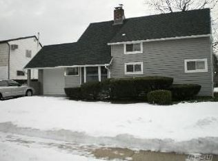 16 Collector Ln , Levittown NY