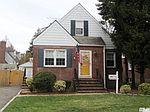 31 Scarcliffe Dr, Malverne, NY
