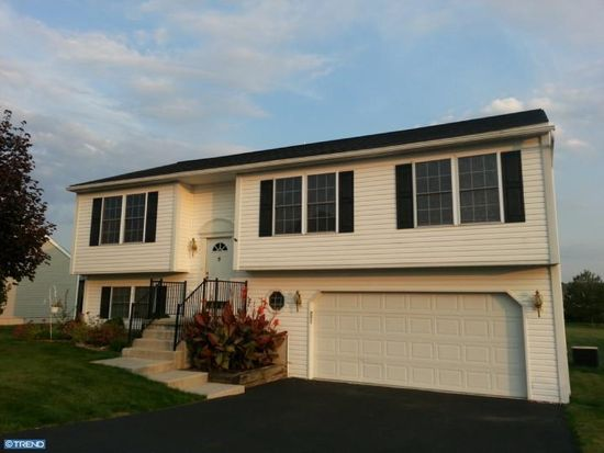 202 Roxberry Dr, Sinking Spring, PA 19608