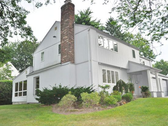 40 Crest Rd, New Hyde Park, NY 11040