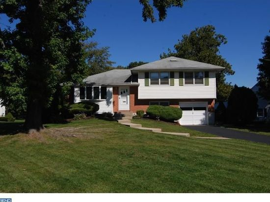 8 Shakespeare Dr, Sinking Spring, PA 19608