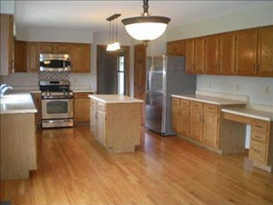 135 Indian Hill Trl, Crystal Lake, IL 60012