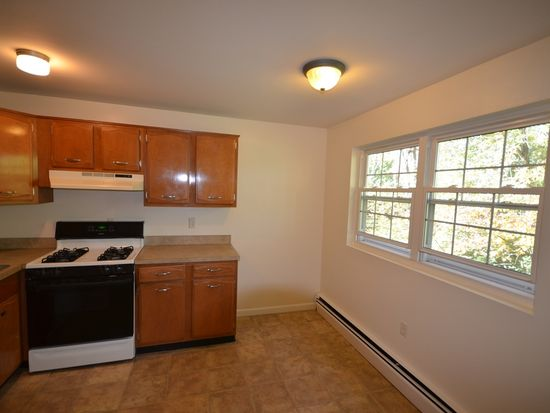 40 Edgelawn Ave APT 5, North Andover, MA 01845