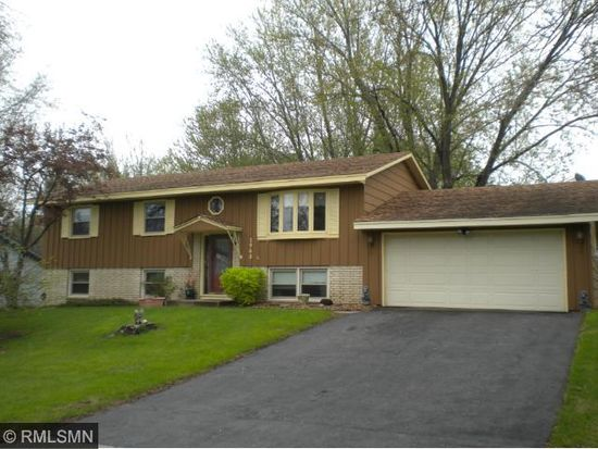 2968 Winthrop Dr, Maplewood, MN 55109