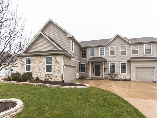 7 Featherstone Ct, Lake In The Hills, IL 60156