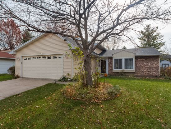729 Country Ln N, Roselle, IL 60172