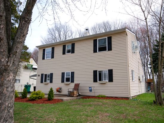 52 Roundwood Ln, Levittown, PA 19055
