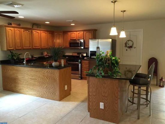 2 Old Brook Rd, Levittown, PA 19057