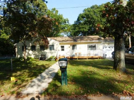 9 Myrtle Ln, Coram, NY 11727