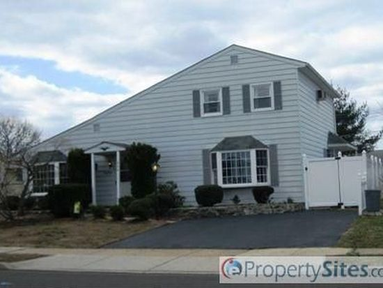 266 Pinewood Dr, Levittown, PA 19054
