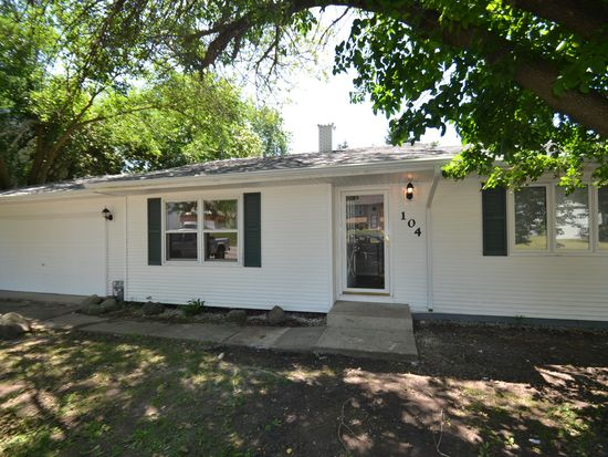 104 E Oak St, Lake In The Hills, IL 60156