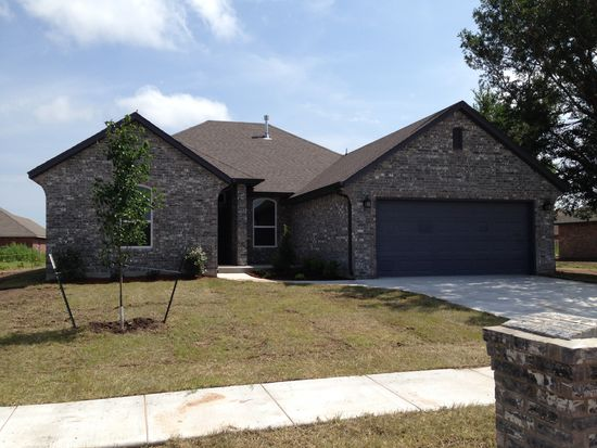 932 SW 12th St, Moore, OK 73160