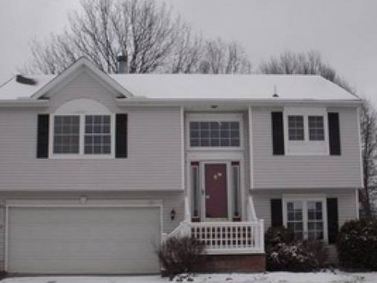 9513 Cyprus Ln, Olmsted Falls, OH 44138