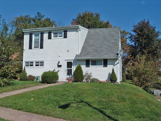 30 Huckleberry Ln, Levittown, PA 19055