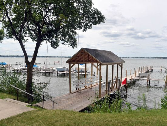 1011 S Shore Dr UNIT 32, Clear Lake, IA 50428